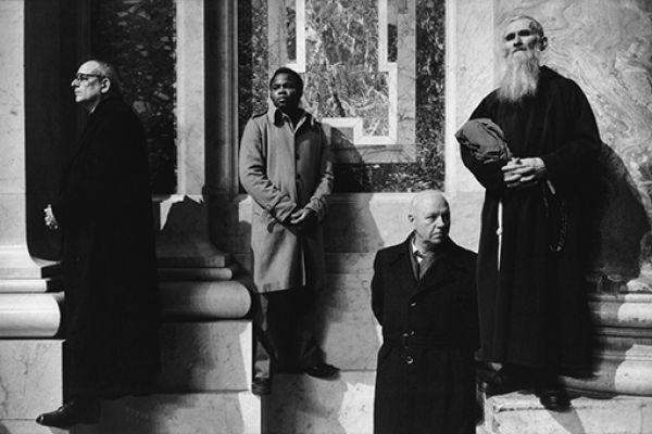 At a consecration of bishops, Saint-Pierre, Rome, 1981 © Richard Kalvar / Magnum Photos