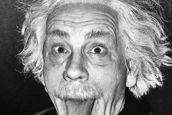 John Malkovich als Albert Einstein seine Zunge herausstreckend (nach Arthur Sasse, 1951) © Sandro Miller, 2014 / Mit freundlicher Genehmigung der Catherine Edelman Gallery, Chicago